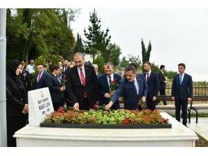 Bakan Gül, Başsavcı Uzun'un kabrine karanfil bıraktı