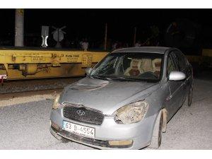 Tarsus'ta tren ile otomobil çarpıştı: 4 yaralı