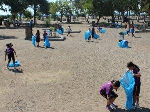 Envarlı öğrenciler plaj temizliğinde