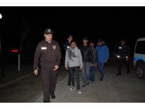 Polisin şüphelendiği 4 yaya kaçak göçmen çıktı