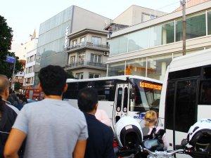 İntihar girişimini izleyen meraklı kalabalık yüzünden yol trafiğe kapandı