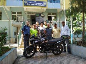 Sason'da polis, motosikletini ehliyetsiz kullanmayan gence kask hediye etti