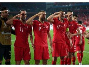 UEFA, millilerin asker selamını incelemeye aldı