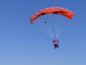 Ampüte Hatice hemşire 12 bin fitten paraşütle atladı