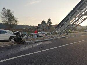 Arazi aracının çarptığı ışıklı tabela yolu trafiğe kapattı