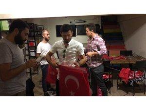 Mehmetçiğe destek için şehrin göbeğine 1 kilometre boyunca Türk bayrağı astılar