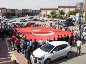 Mehmetçik için dev Türk bayrağı açıp Fransa'ya tepki gösterdiler