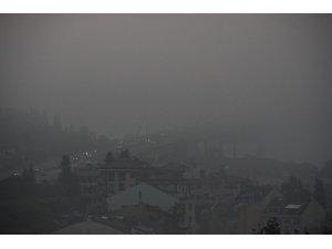 İstanbul Boğazı'ndaki köprüler sis nedeniyle adeta kayboldu