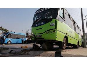Hafif ticari araç halk otobüsüne çarptı: 3 yaralı