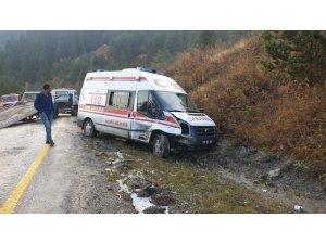 Tosya'da ambulans otomobil ile çarpıştı, 1 yaralı