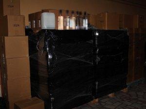 Baskın yapılan büfeden binlerce şişe kaçak alkol ele geçirildi