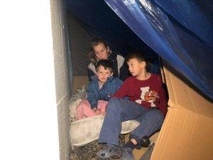 Başkentte kirasını ödeyemeyen 2 çocuklu aile sokakta kaldı