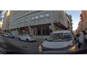 Bağcılar'da iki araç kafa kafaya çarpışınca sürücülerden biri aracını tekmeledi