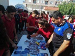 Öğrenciler ördükleri boyunlukları Barış Pınarı Harekatı askerlerine gönderdi