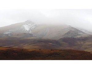 Erciş'in yüksek kesimlerine kar yağdı