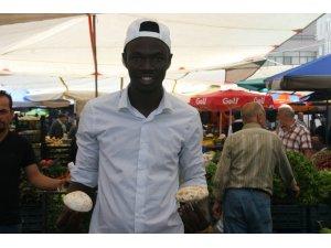 Denizli'de, Gine-Bissaulu pazarcı gencin hikayesi