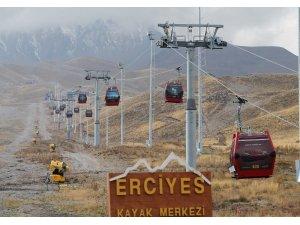 Erciyes'te karlama makineleri pistlerdeki yerini aldı