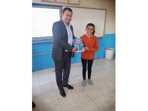Vartolu iş adamından öğrencilere kitap desteği