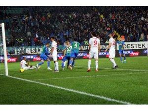Süper Lig: Çaykur Rizespor: 1 - Antalyaspor: 0 (İlk yarı)