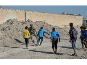 Türk askeri Rasulaynlı çocukların yanında