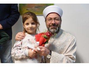 Başkan Erbaş, kendisine çiçek vermek isteyen küçük kızı davet etti