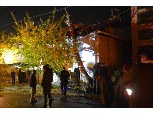 Isparta'da kaza yapan kamyonetin çarptığı elektrik direği evin çatısına devrildi: 2 ağır yaralı