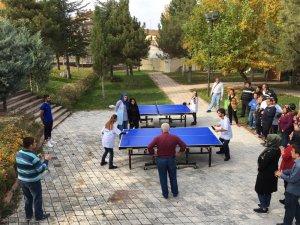 Özel insanlar, masa tenisi oynadı