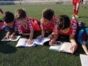 Önce kitap okuyorlar, sonra antrenman yapıyorlar