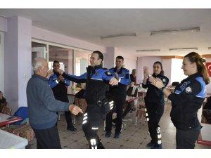 Polisler ve yaşlılar oyun havası eşliğinde doyasıya eğlendi