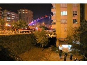 Şanlıurfa'da otomobil binanın bahçesine düştü: 3'ü çocuk 5 yaralı