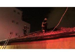 Tek katlı evde çıkan yangında mahsur kalan aile kurtarıldı