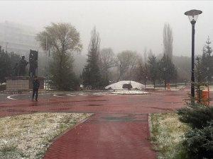 Başkentte mevsimin ilk karı yağdı