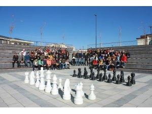 Bayburt Üniversitesinde açık havada satranç keyfi