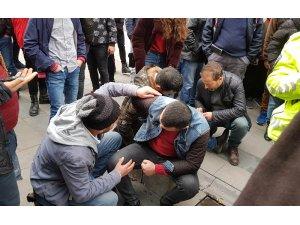 Cadde ortasında tartıştığı kayınbiraderlerini bıçakladı