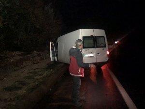 Yağmurda kayan ticari araç yoldan çıktı