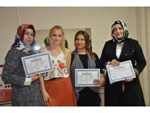 Kuaförlük kursuna katılan hanımlar kalfalık belgelerini aldı