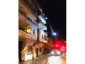 Artvin'de 3 katlı binada çatı yangını
