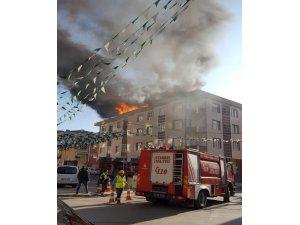 Pendik'te 4 katlı apartmanın çatısında yangın çıktı. Çok sayıda itfaiye ekibinin yangına müdahalesi devam ediyor.
