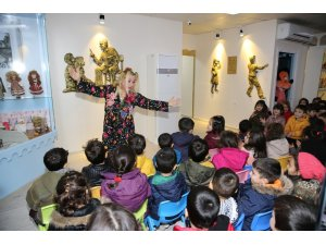 Masalcı teyze masallarını Karaköprü'deki çocuklar için anlattı