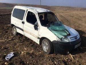 Kamyonet yoldan çıktı: 3 yaralı