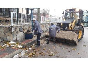 İnönü Belediyesi buzlanmaya karşı tuzlama çalışması yaptı