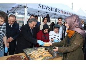 Başkan tazminatlarla öğrencilere hamsi dağıtıp konser düzenlendi