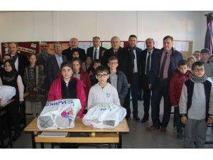 Bayburt'ta öğrencilere kıyafet yardımı
