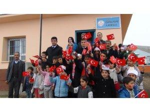 Çocuklardan Başkan Vekili Mehmetbeyoğlu'na bayraklı karşılama