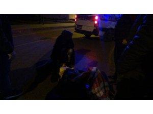 Yaralı kadın üşümesin diye üzerine battaniye örtüp ambulansı beklediler