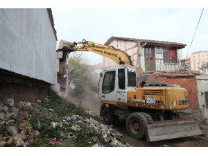 Osmangazi'de bir evin kaçak bölümü yıkıldı