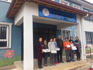 Köy okulu öğrencilerine kışlık ayakkabı dağıtıldı