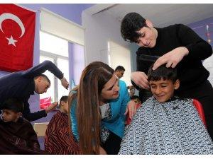 Kırsaldaki mahallelerdeki öğrencilere kuaför hizmeti