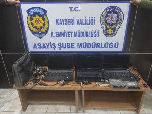 İşyerine çatıdan girerek hırsızlık yapan 2 kişi yakalandı
