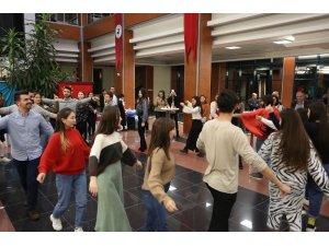 PAÜ'de yabancı uyruklu öğrenciler yemeklerini tanıtıp 'zeybek' onadı